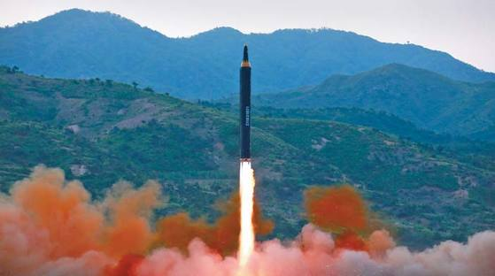 지난 5월 14일 북한이 화성-12형을 시험발사하는 장면. 북한은 화성-12형으로 괌 주변을 포위 사격하겠다고 위협하고 있다. [연합뉴스]