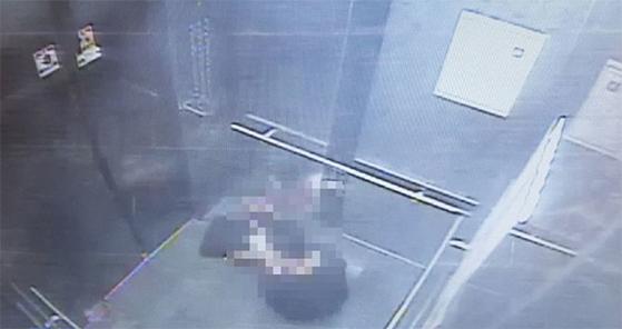 엘리베이터에 갇힌 40대 여성. [사진 부산경찰청]