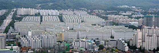 8·2 대책 직격탄을 맞은 서울 강남권 재건축 시장은 매수세가 끊기면서 개점휴업 상태다. 급매물이 나오면서 호가도 약세를 보이고 있다. 사진은 서울 강남구 대치동 은마 아파트.
