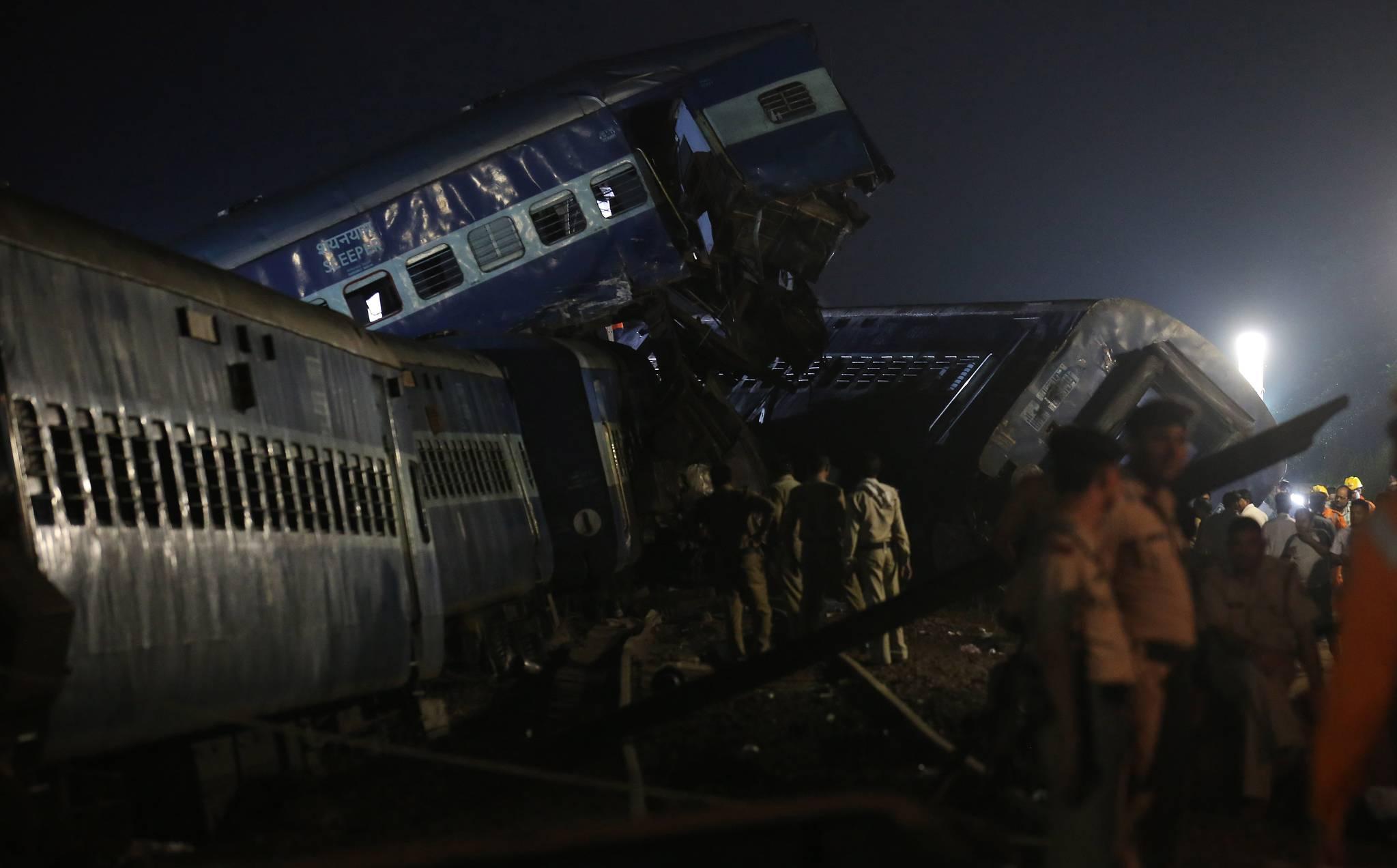 19일(현지시간) 인도 북부 우타르프라데시 주 무자파르나가르 카타우리 마을 인근에서 열차 탈선 사고가 발생해 25명이 숨졌다. 경찰과 구조대들이 생존자를 찾고 있다.[EPA=연합뉴스]