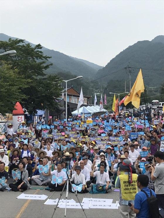 지난 19일 경북 성주군 초전면 소성리 마을회관 앞에서 열린 '제4차 소성리 평화행동'에서 사드 배치에 반대하는 참가자 800여 명이 집회를 하고 있다. [사진 소성리종합상황실]