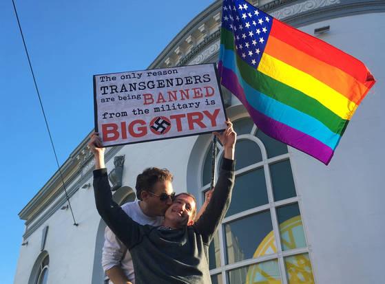 도널드 트럼프 미국 대통령의 기습적인 '트랜스젠더 군 복무 금지' 발표에 항의하기 위해 모인 시위대가 성소수자 인권을 상징하는 무지개 깃발을 흔들고 있다. 사진은 기사와 관계 없음 [샌프란시스코 AP=연합뉴스]