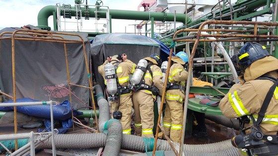 20일 오전 경남 창원시 STX조선해양 폭발사고로 협력업체 근로자 4명이 숨졌다. 사진은 탱크로 진입하고 있는 소방 구조대 모습. [사진 창원소방본부]