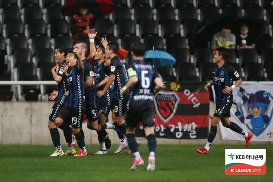 프로축구 인천 선수들이 20일 포항과 경기에서 득점 후 기쁨을 나누고 있다. [사진 프로축구연맹]
