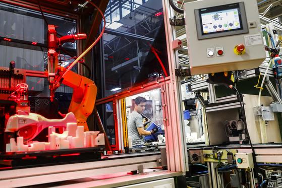 전세계 로봇 시장은 금융위기 이후 연평균 18% 내외의 성장을 기록하고 있다. 사진은 지난 5월 미국 스틸사 공장 생산 라인 작업중인 로봇. [AP=연합뉴스]