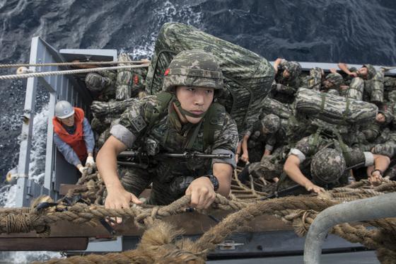 19일 울릉도 사동해안 인근 해군 상륙함정(LST)에서 해병대원들이 하선망을 이용해 상륙주정을 탑승하고 있다. [사진 해병대]