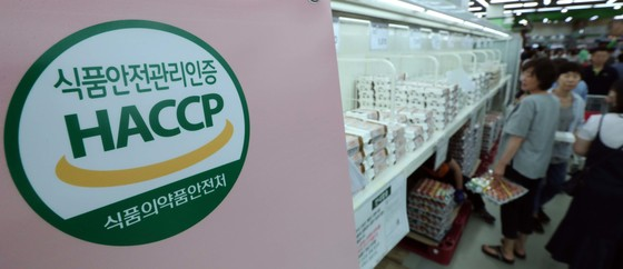 살충제 계란 파동이 가라앉지 않고 있는 가운데 20일 오후 서울 양재동 노엽 하나로마트 양재점을 찾은 시민들이 계란을 고르고 있다. 박종근 기자
