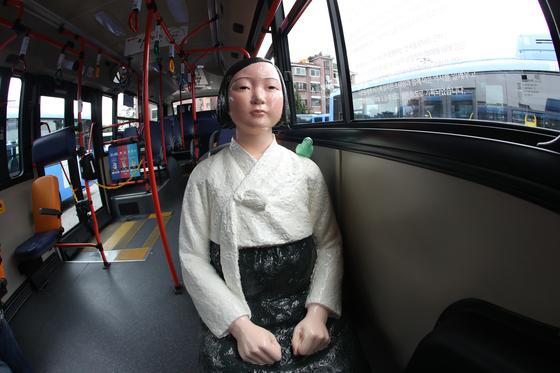 동아운수는 8월 14일부터 서울 시내버스 151번 5대에 평화의 소녀상을 태우고 운행하고 있다. 소녀상은 일본대사관 앞의 소녀상을 만든 김운성, 김서경 작가가 제작했다. [중앙포토]