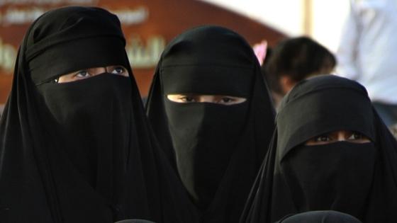눈과 손, 발을 제외하고 온몸을 가린 사우디아라비아 여성들 [AP=연합뉴스]