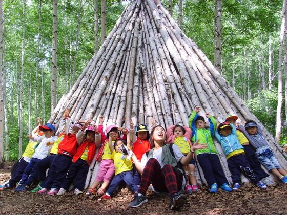어린이들이 숲에서 체험과 놀이활동을 하고 있다. [사진 산림청]