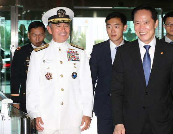해리 해리스 미 태평양사령관(왼쪽 흰색 제복)이 20일 송영무 국방부 장관과 함께 서울 용산 국방부 청사로 들어오고 있다. 신인섭 기자