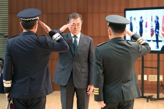 문재인 대통령이 20일 오후 서울 용산구 국방부에서 열린 합참의장 이.취임식 및 전역식에서 국기에 대한 경례를 하고 있다. 강태화 기자.