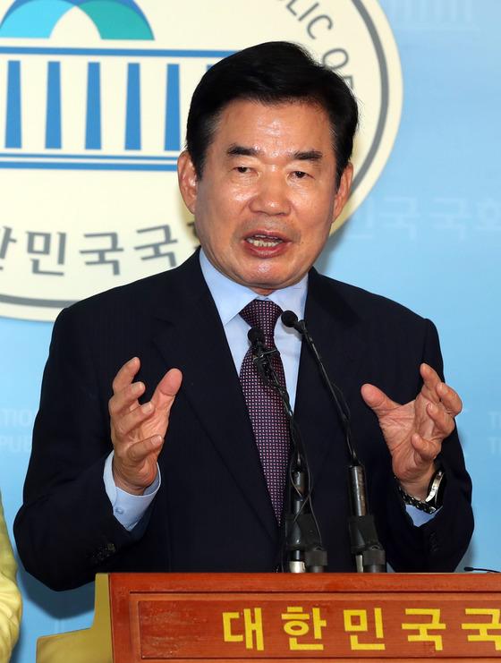 김진표 더불어민주당 의원이 21일 국회 정론관에서 종교인 과세유예법안 관련 기자회견을 했다.강정현 기자.