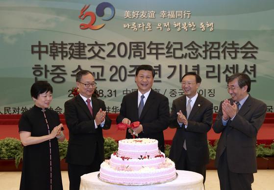 지난 2012년 8월 31일 베이징 인민대회당에서 열린 한·중 수교 20주년 기념 리셉션에 참석한 시진핑(가운데)과 리샤오린 중국인민대외우호협회 회장(왼쪽). [중앙포토]