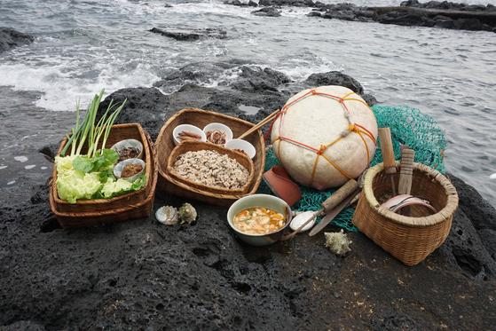밭에서 난 쌀 산듸를 커다란 양푼에 담아 먹는 낭푼밥상은 제주의 일상식이다. [중앙포토]