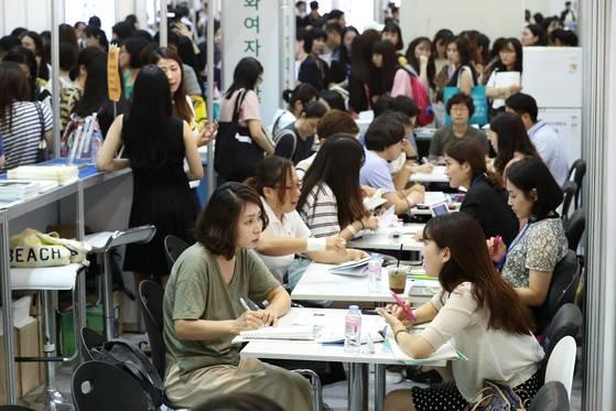 지난 달 한국대학교육협회가 서울 코엑스에서 개최한 수시모집 박람회. 전국 197개 4년제 대학은 올해 수시모집부터 입학전형료를 평균 15.2%씩 인하하기로 했다. [중앙포토]