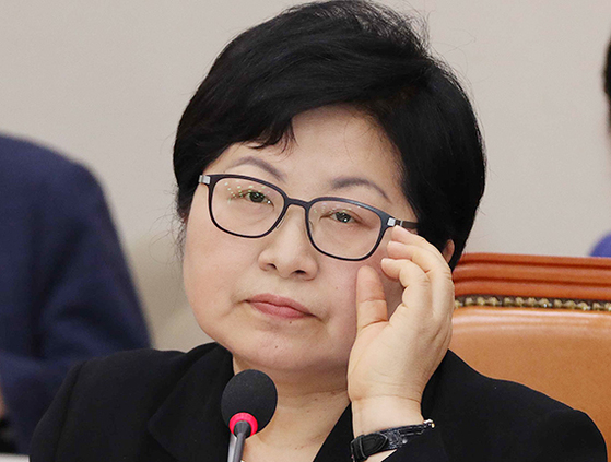 정현백 여성가족부 장관 후보자가 7월 4일 국회 인사청문회에서 안경을 고쳐 쓰고 있다. 오종택 기자
