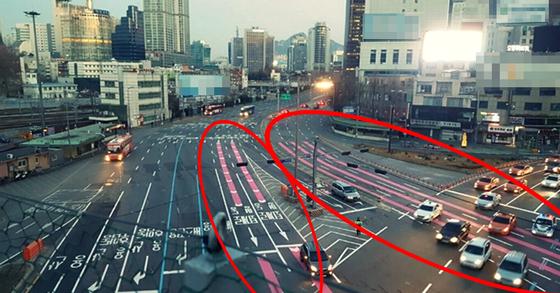 서울역 앞 핑크색 주행유도선. [사진 서울정책아카이브]