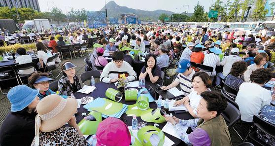 5월 27일 오후 서울 광화문광장에서 열린 '미세먼지 해결을 위한 3000인 원탁회의'에 참가한 시민들이 광장에 설치된 테이블에 둘러앉아 토론하고 있다. [사진=중앙포토]