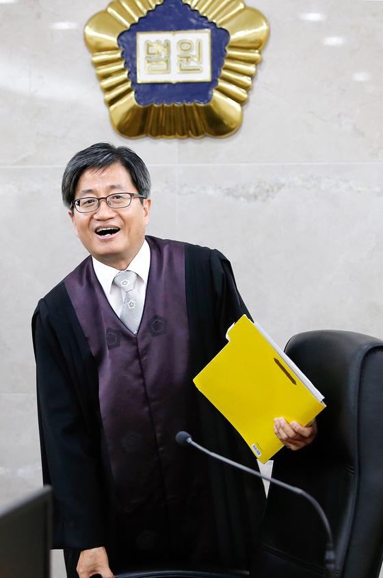 신임 대법원장 후보자로 지명된 김명수 춘천지방법원장이 21일 오후 강원 춘천지법에서 재판을 마친 뒤 취재진을 만나 밝은 표정을 짓고 있다. [연합]
