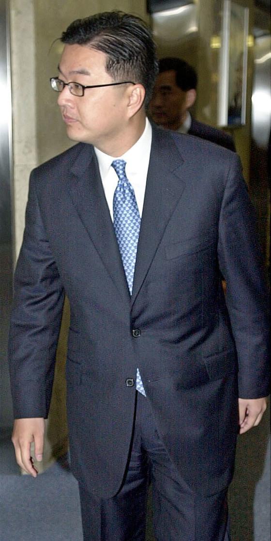 스티븐 리(한국명 이정환)가 2003년 11월 외환은행 이사회에 참석하기 위해 건물에 들어서는 모습. [중앙포토]