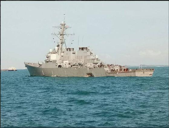 말라카 해협에서 유조선과 충돌한 매케인함. 큰 충돌 흔적이 보인다. [말레이시아 해군 트위터 켭쳐]