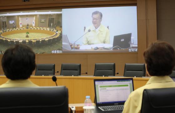 21일 오전 정부세종청사에서 열린 세종-서울 간 영상을지국무회의 에서 참석자들이 문재인 대통령 발언을 듣고 있다. [연합뉴스]