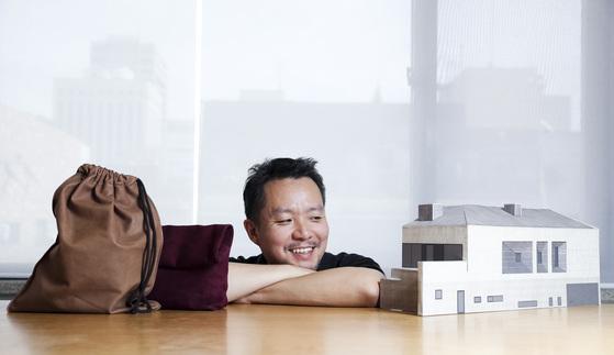 버려지는 가죽으로 가방을 만드는 건축가 안지용씨를 그의 사무실 '매니페스토 디자인랩'에서 만났다. 김경록 기자
