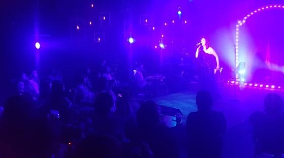 캬바레쇼의 형식을 빌어 진행하는 캬바레뮤지컬 '미 온 더 송'. 무대 주변 테이블에 둘러앉은 관객들이 자유롭게 술과 음료를 마시며 공연을 즐긴다.