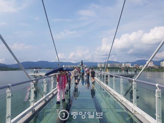 입장객 100만명 돌파를 앞두고 있는 강원도 춘천시 근화동 '소양강 스카이워크' 박진호 기자