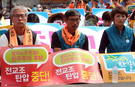 김정훈 전 전교조위원장(가운데)과 신승철 민주노총위원장(왼쪽이 지난 2014년 조퇴투쟁을 벌이고 있다. [중앙포토]