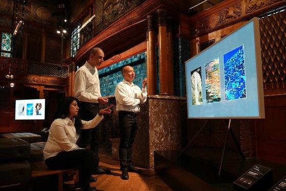 23일(현지시간) 미국 뉴욕 파크 애비뉴 아모리에서 열리는 갤럭시노트8 언팩 2017 행사장에선 삼성 'S펜'으로 그린 미술 작품 54점이 함께 전시된다. 작품들은 삼성전자 프리미엄TV '더 프레임'에 담겨 공개된다. [사진 삼성전자]