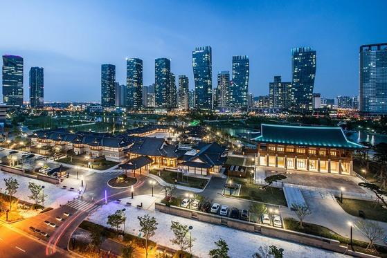 2015년 송도에 문을 연 국내 최대 규모 한옥 호텔인 '경원재 앰배서더 인천'. [사진 앰배서더호텔그룹]