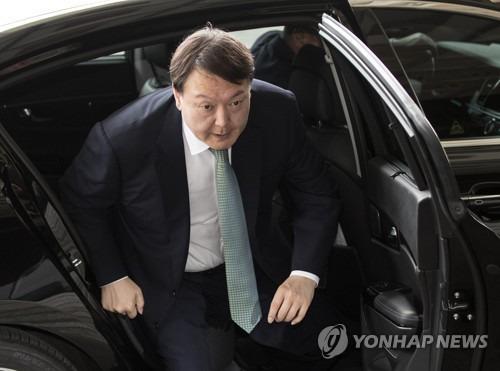 서울중앙지검 청사로 출근하는 윤석열 지검장. [연합뉴스]