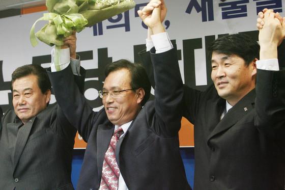 2006년 민주노동당 대표로 선출된 문성현 위원장(가운데). 당시 당대표 경선 결선 투표에서 경쟁 후보였던 조승수 전 의원을 물리쳤다.[중앙포토]