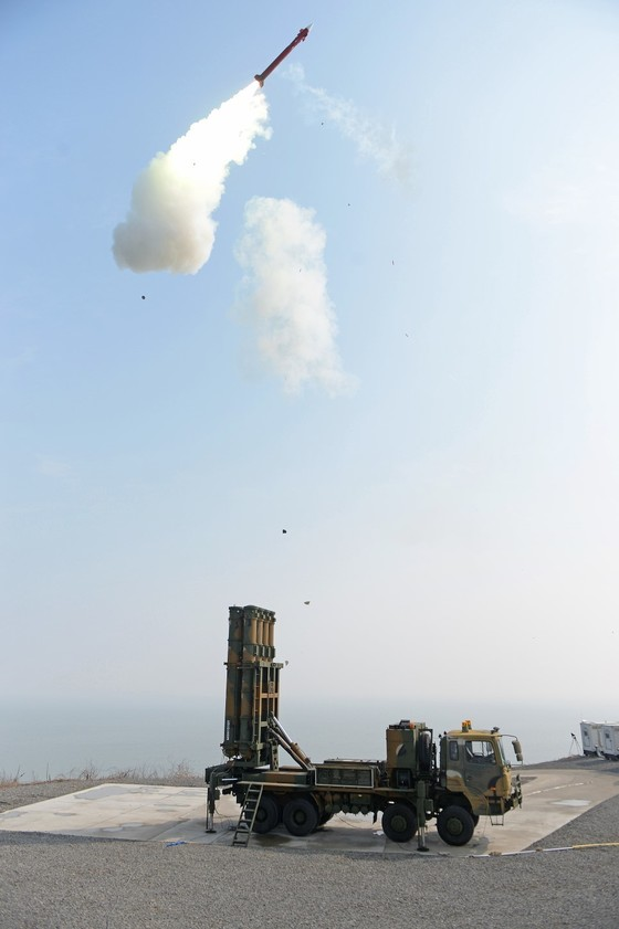 북한 미사일 요격을 위해 개발 중인 한국형미사일방어체계(KAMD)의 핵심인 중거리 지대공미사일(M-SAM·일명 철매Ⅱ) 시험발사가 지난해 3월 2월 충남 안흥의 국방과학연구소 시험장에서 실시됐다. 군은 2020년까지 M-SAM 개발에 이어 장거리 지대공미사일(L-SAM)을 개발해 북한 미사일을 요격한다는 계획이다. [사진 방위사업청]