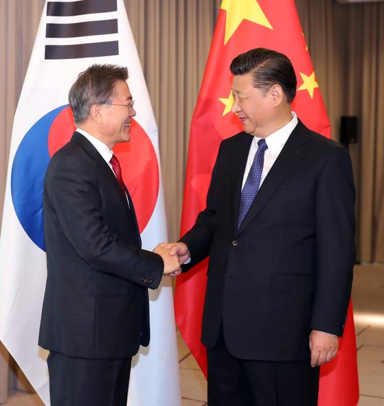 문재인 대통령과 시진핑 중국 국가주석이 지난달 6일 오전(현지시간) 베를린에서 만나 반가운 표정으로 악수하고 있다. 두 정상이 양국의 관계 개선을 위해 넘어야할 산은 높다. [연합뉴스]