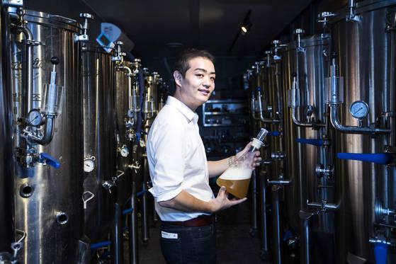 어메이징 브루잉 컴퍼니 공동 창업자 박상재씨가 직접 만든 맥주 장비 앞에섰다. 박종근 기자