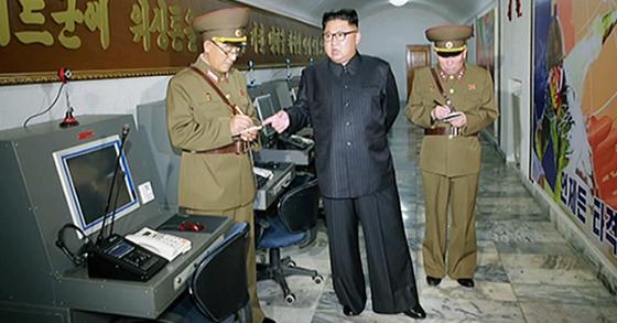 전략군사령부를 시찰하고 있는 북한 김정은. [노동신문=연합뉴스]