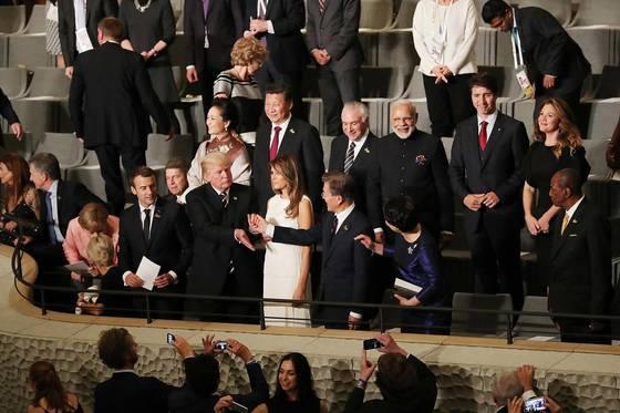지난달 7일(현지시각)독일 함부르크 엘브필하모니에서 열린 G20 정상회의 문화공연장에서트럼프 미국 대통령이 문재인 대통령의 손을 잡아끌며 인사하고 있다. 뒷줄에는 시진핑 중국 국가주석의 모습도 보인다. 전문가들은 미국과 중국 중 일방에 편향적인 외교는 지양해야 한다고 조언한다. [청와대 사진기자단]