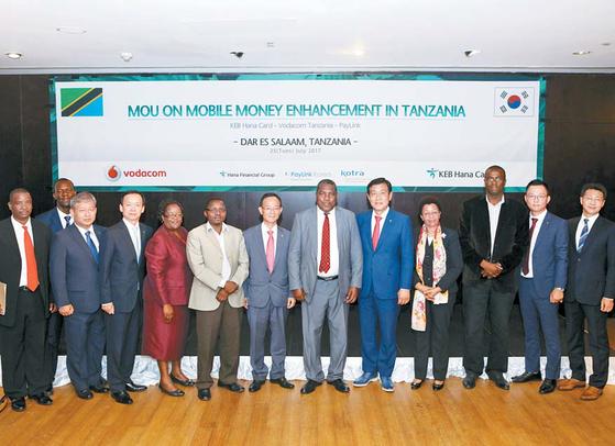페이링크 코리아는 지난달 25일 하나카드와 손잡고 탄자니아 최대 통신사인 보다콤과 모바일 머니 'M-PESA'의 활성화를 위한업무협약을 체결했다. 업무협약 체결 행사에 참가한 관계 인사들이 기념촬영을 하고 있다. [사진·페이링크 코리아]