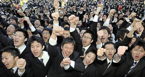 일본 대학생들이 본격적인 구직 활동에 들어가면서 자신감을 높이기 위해 힘찬 구호를 외치고 있다. [도쿄 AFP=연합뉴스]