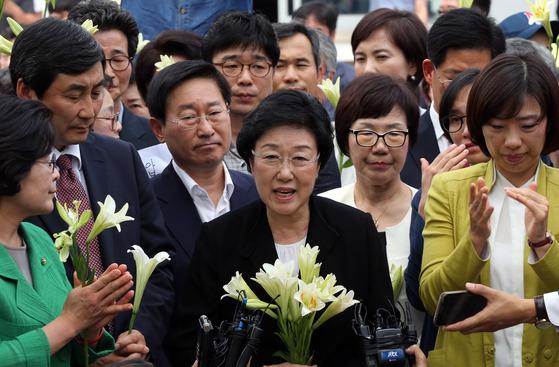 한명숙 전 총리가 2015년 8월 서울구치소에 수감되기 전 지지자들에게 인사하던 모습. [중앙포토]
