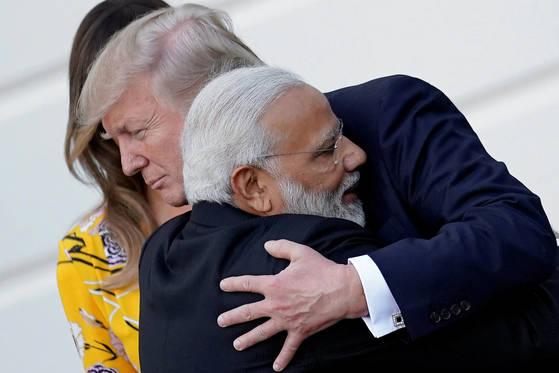 지난 6월26일(현지시간) 미국을 방문해 도널드 트럼프 대통령(오른쪽)과 정상회담을 했던 나렌드라 모디 인도 총리가 백악관을 떠나기 전 트럼프 대통령과 석별의 포옹을 나누고 있다. [AP=연합뉴스]