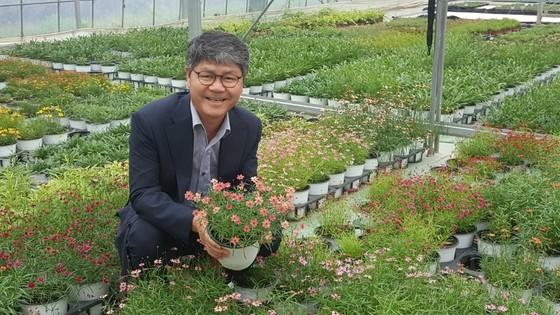 우리꽃영농조합법인(우리씨드그룹) 박공영 대표가 코레우리 화분을 보여주고 있다. 최모란 기자