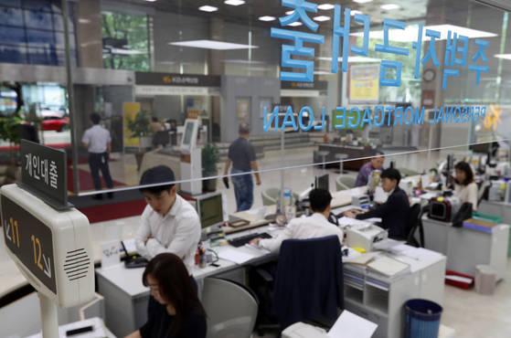 서울 시내 한 은행의 주택자금대출 창구의 모습. <저작권자(c) 연합뉴스, 무단 전재-재배포 금지>