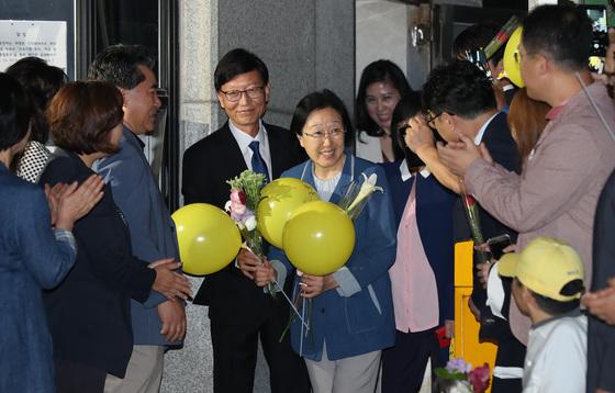 한명숙 전 총리가 23일 새벽 경기도 의정부시 고산동 의정부교도소 정문을 나서고 있다. 우상조 기자