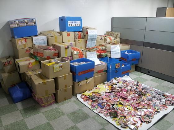 서울시가 압수한 성매매 광고 전단 100만여 장. [사진 서울시]