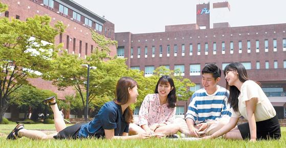 한국산업기술대 교정에서 학생들이 대화를 나누고 있다. 경기도 시흥시에 자리잡은 이 학교는 산학협력 특성화 대학이다. [사진·한국산업기술대]