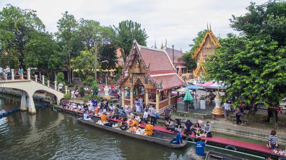 방콕은 시장의 도시다. 관광객보다 현지인으로 북적이는 수산시장 콴리암.
